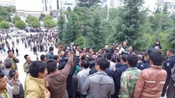 云南地震灾民游行示威 抗议安置费发放不公