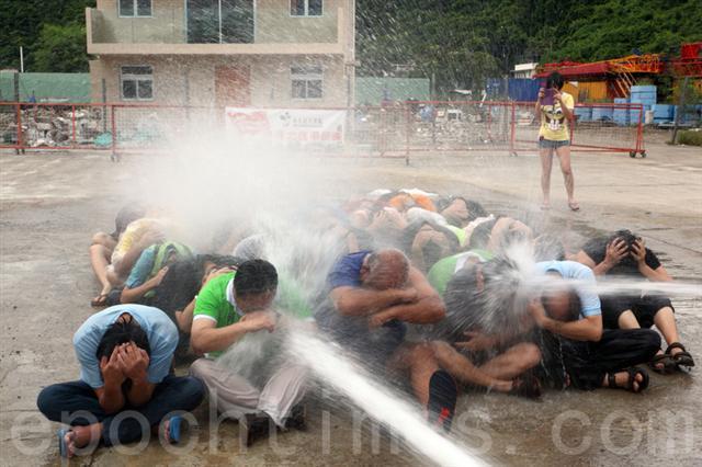 香港占中死士演练 抵御警方水炮清场