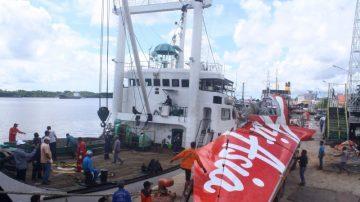 亚航最后一片残骸出水 59遗体仍无踪