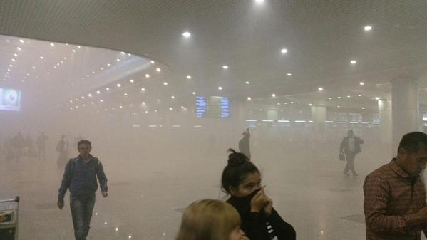 行李房烧啦!俄机场百余航班延误 乘客疏散