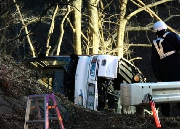 日本重大交通事故 巴士墜坡致14人死