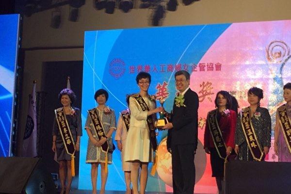 """美华裔女企业家白越珠获第六届""""华冠奖"""""""