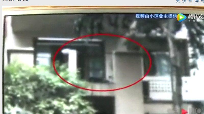 重庆男剪刀刺母30多下 被警方击伤制服