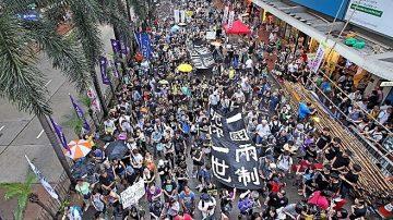 数万香港人七一大游行 要求高度自治