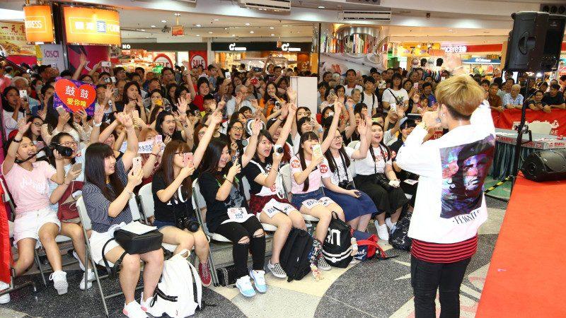 鼓鼓香港签票会人气火爆 第一个圣诞礼物刘德华《忘情水》