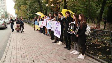 乌克兰人中领馆前声援香港学运三子