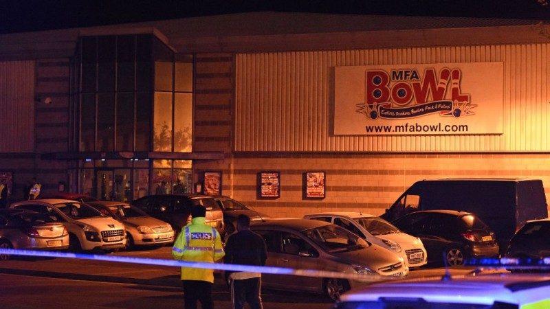 槍手闖球館挾持2人質 英警攻堅逮人