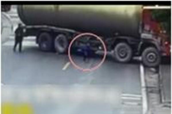 渝童乱闯马路被卷油罐车底 奇迹生还起身跑开(视频)