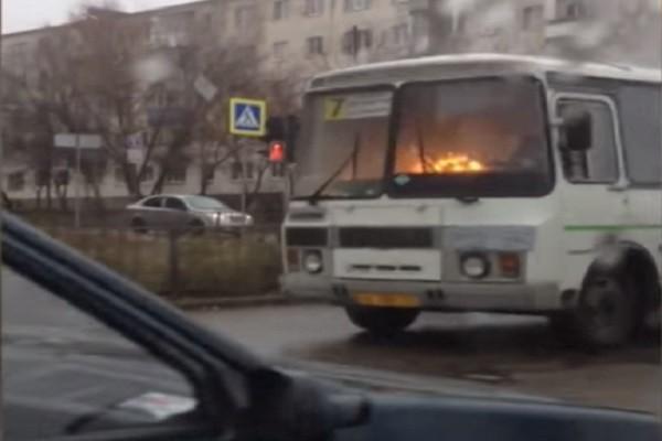 惊险!眼看公车已着火 司机仍冷静往前开