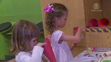 孩童制作丰裕角 在游戏中知恩感恩