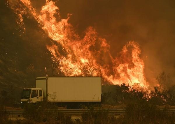 南加州野火失控 场面恐怖 州际公路关闭