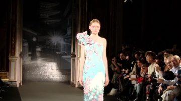 巴黎时装展 桂由美新装展现东西方元素