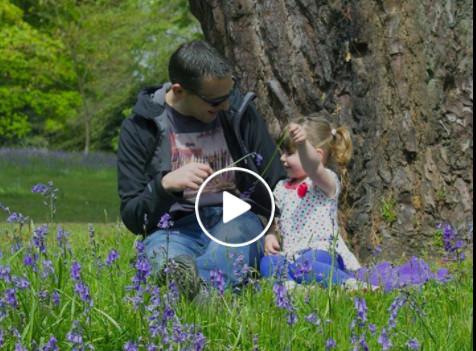 有個衣衫襤褸的小女孩每天獨坐在公園裡,他上前關心她,不料瞬間出現了奇蹟!