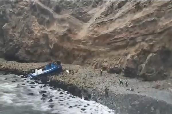 """秘鲁""""恶魔弯"""" 巴士撞卡车后坠崖至少48死(视频)"""