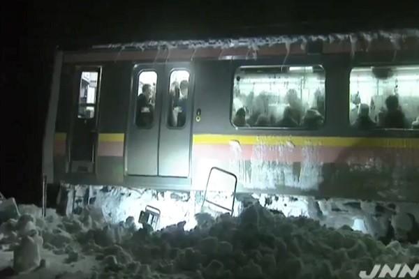 積雪77公分高 日400多人困電車15小時