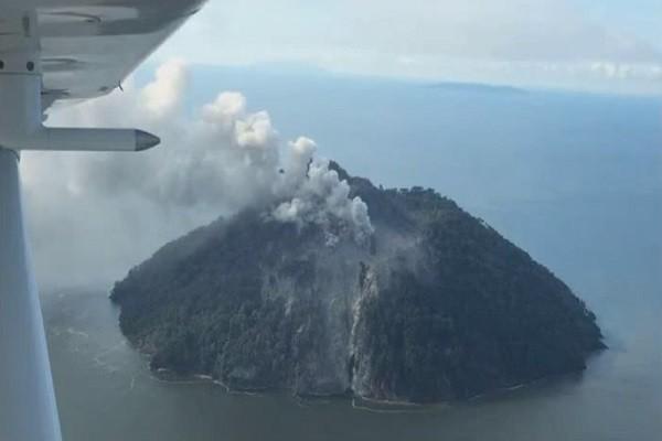 巴纽火山爆发 红色熔岩迫使1500人仓促撤离