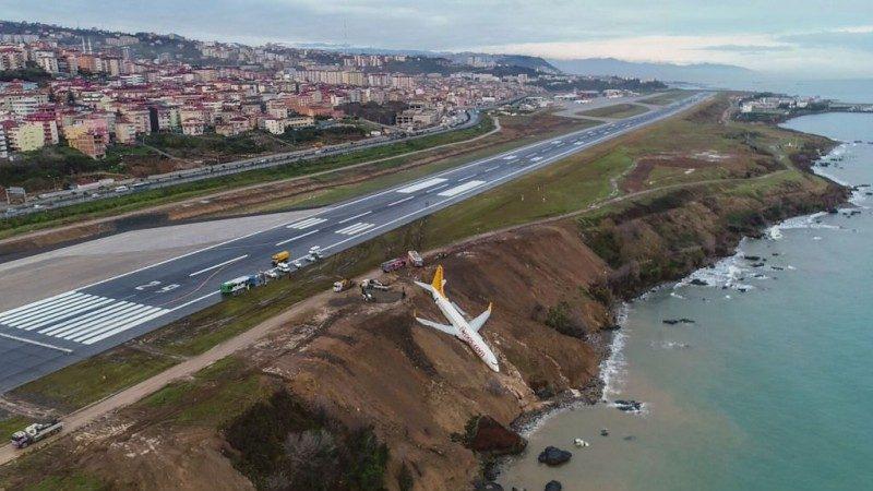 命懸一線!飛馬客機降落土耳其 卡在懸崖邊