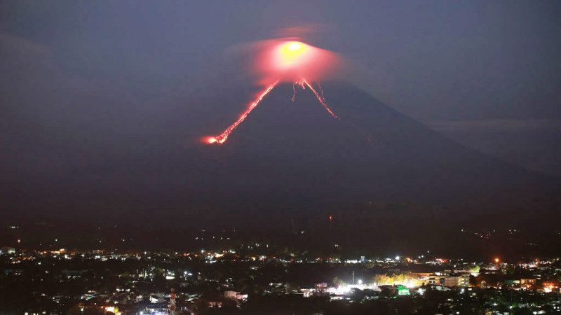 菲国马永火山喷发熔岩 已发生75次地表陷落