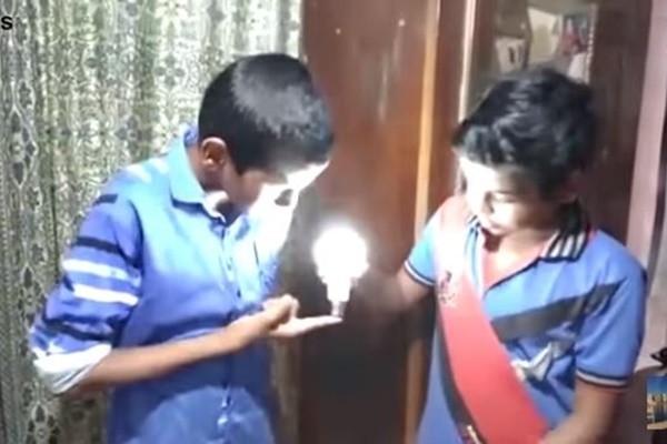 印度神奇男孩 一碰充電式LED燈泡就發亮