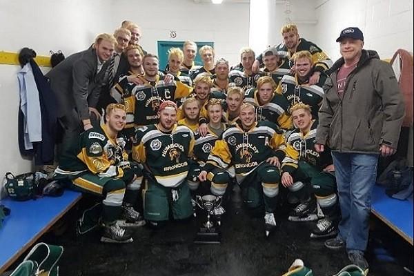 加拿大冰球隊巴士撞卡車 釀14死3重傷慘劇