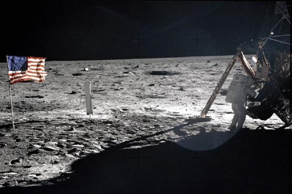 被外星人「偷」走了?月球上的美國國旗神秘消失