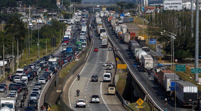 卡车司机持续罢工 巴西陷瘫痪 安全部队介入疏通国道