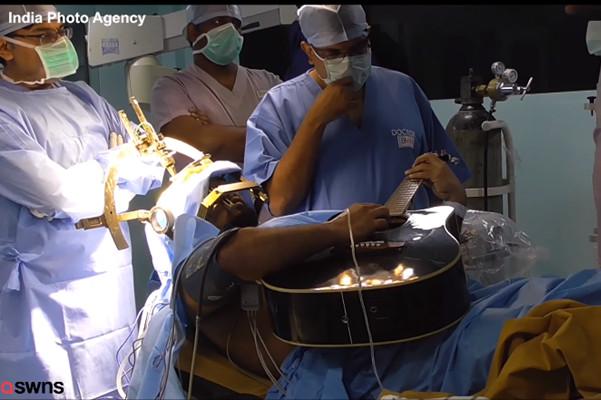 边开脑手术边弹吉他 孟加拉音乐家测手指能力