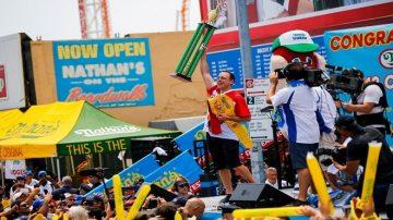國慶紐約吃熱狗大賽 冠軍打破世界紀錄