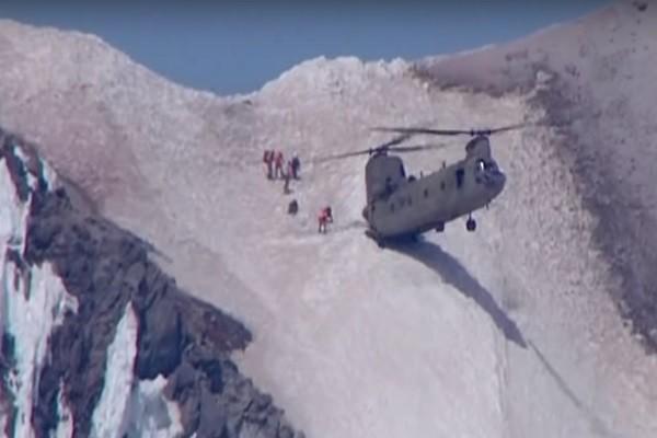 没什么难得倒它!美空军直升机高难度救援