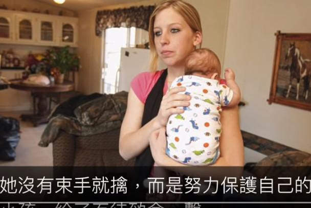 单亲妈妈面对歹徒准备闯进家门 为了保护自己的小孩 她举起了枪(视频)