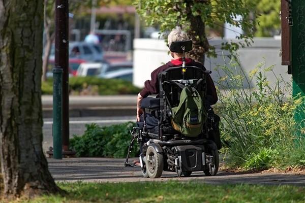 为什么美国85岁老人开卡车,中国85岁老人已经坐轮椅?