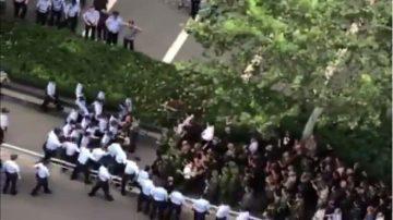 近千退伍川軍維權與警衝突  對峙省府遭辣椒水鎮壓