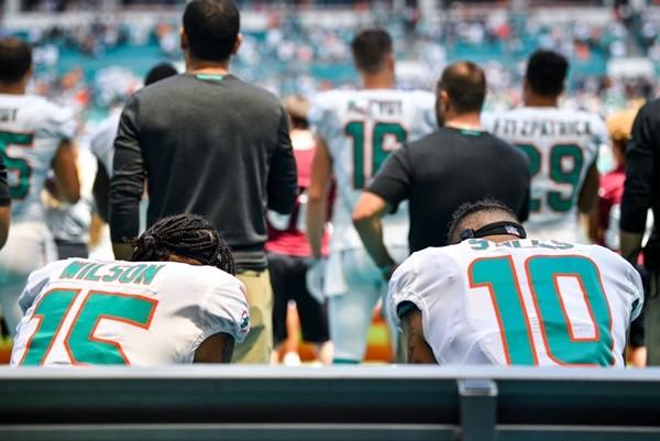 NFL球员唱国歌下跪收视率直落  川普:尊重国旗会回升