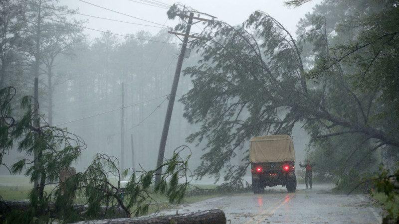 飓风引发北卡洪灾  气象员中断直播撤离