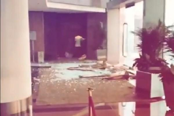 山竹狂风豪雨袭港 尖沙咀酒店大厅玻璃爆破一刻