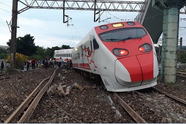 台铁列车出轨 国一女不顾受伤沉着救人报案