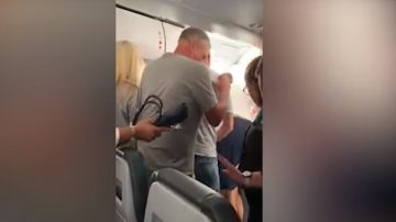 美客機準備起飛 男子竟開艙門引起混亂