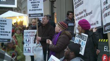 曼哈頓公聽會外 紐約民眾抗議地鐵票漲價