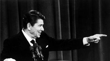 """演说时遭""""枪击"""" 里根总统的反应你想不到"""