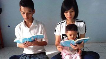 昔日沉沦毒海 越南青年喜得宝书 身心巨变