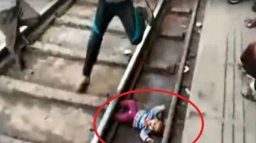 大驚失色!小女孩從媽媽手中滑落軌 火車急駛而過…