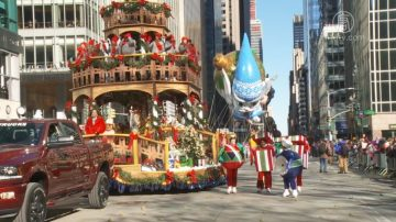 紐約市感恩節大遊行 民眾不畏低溫慶祝