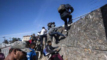 懲戒硬闖美墨邊境 墨驅逐500大篷車移民
