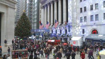 紐約市最大聖誕樹在華爾街 節日氣息濃厚