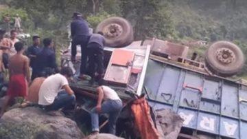刚奔赴葬礼返家 尼泊尔小货车坠河18死16伤