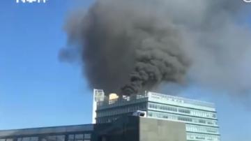 北京中關村大廈起火 樓頂冒出滾滾黑煙