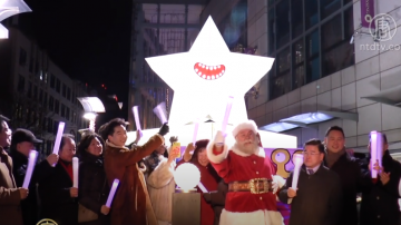 """纽约圣诞点灯 """"天降外星""""点亮法拉盛"""