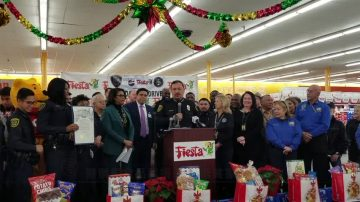 警察局食品募捐 幫助低貧家庭過節