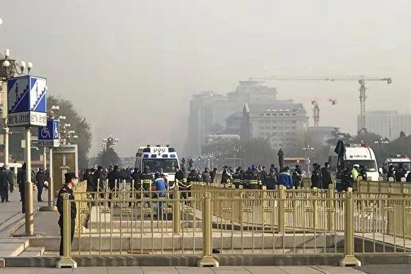 北京天安门前多人自杀 黑压压的警察围住现场