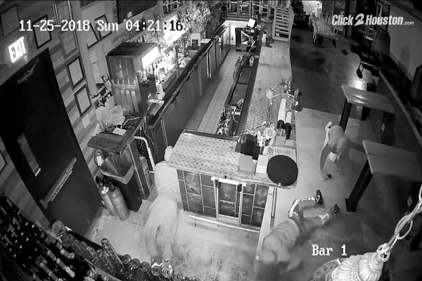 3小偷扭屁股匍匐前進 「奇葩」潛入餐廳偷錢